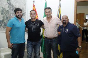 Da esq. para dir: Rafael Blanco (SeJEL), Toninho Carlos (Santos F. C.), Gustavo Reis (prefeito) e Paulinho Paraná (Jaguariúna F. C.)