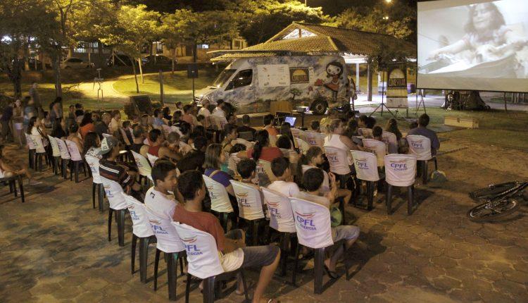 Projeto Cinesolar e Oficinas de Cinema levam mais de 300 pessoas ao Parque dos Lagos