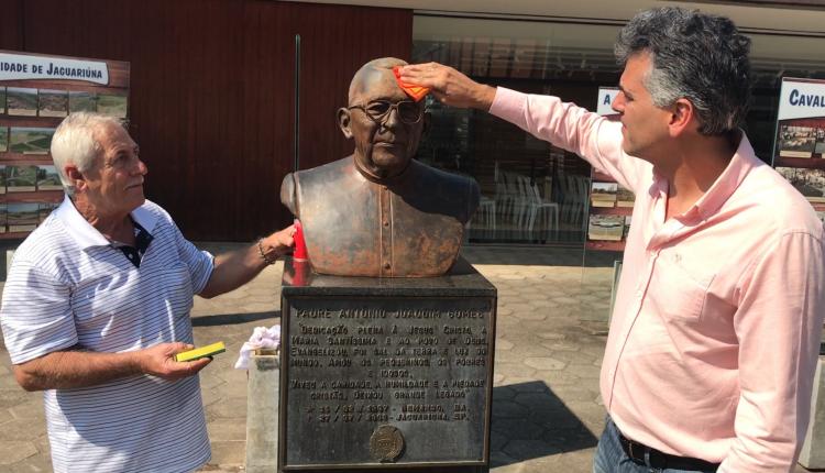 Busto do Padre Gomes recebe manutenção com participação do prefeito