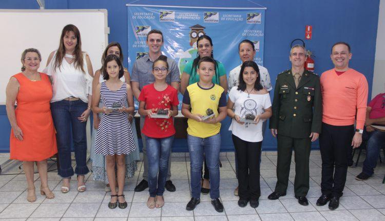 Alunos recebem prêmio do serviço militar por concurso de redação