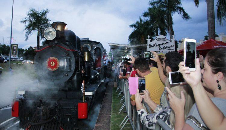 Chegada do Papai Noel contagia o público e marca abertura do Natal em Jaguariúna