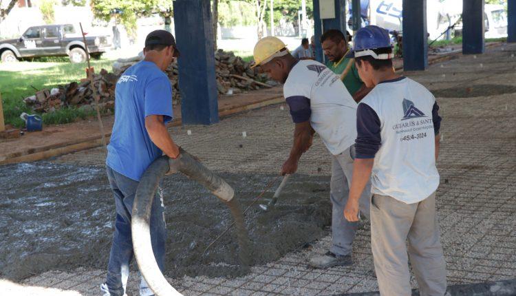 Prefeitura troca piso e constrói arquibancadas na quadra coberta da E. M. Professora Maria Tereza Piva