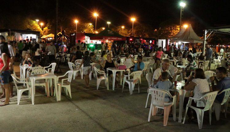 Público prestigia gastronomia dos food trucks e anima as noites no Parque Santa Maria
