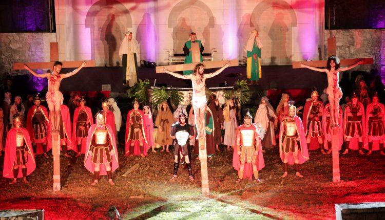 """Exibições de """"A Paixão de Cristo"""" levam milhares de pessoas ao estádio municipal de Jaguariúna"""