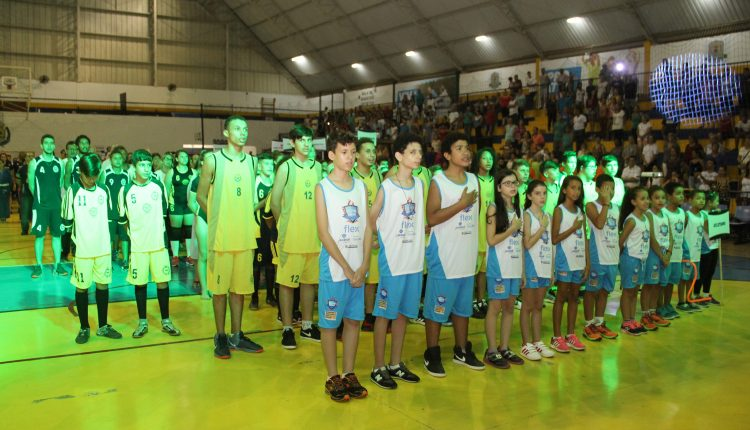 """Prefeitura entrega uniformes para 3.250 alunos do """"Projeto Campeões"""" neste sábado"""