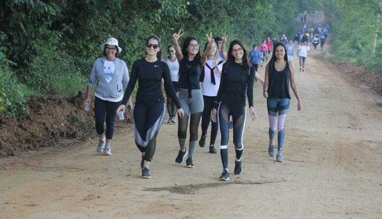 Organizada pela Prefeitura, Caminhada do Salvador leva centenas de participantes ao Morro do Cristo