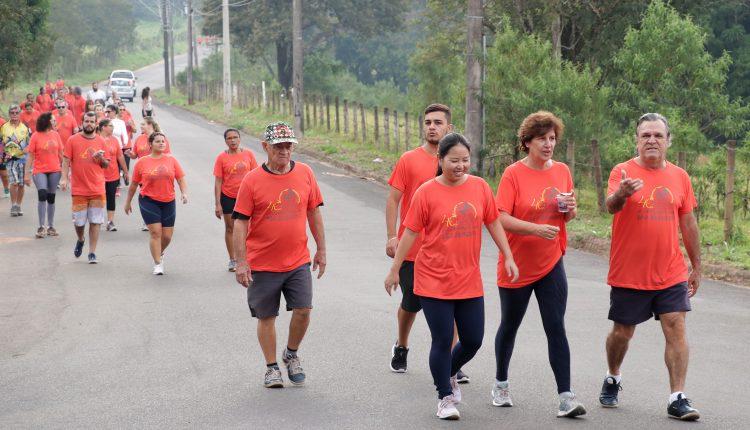 """Segunda edição da """"Caminhada com São Benedito"""" leva mensagem de fé e esperança ao bairro Roseira de Cima"""