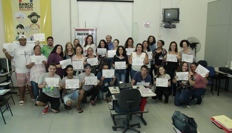 Prefeitura entrega certificados de conclusão a 27 novos formandos do Time do Emprego