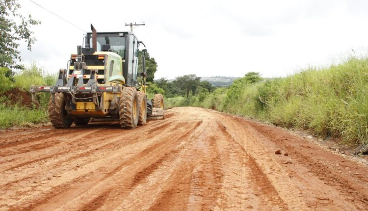 Ação da Prefeitura nas estradas rurais melhora escoamento da produção e acesso de estudantes à escola