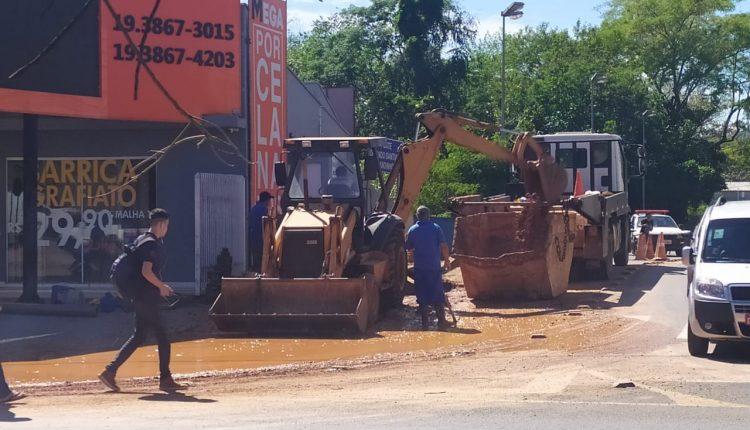 Equipes do DAE realizam conserto em adutora rompida no Nova Jaguariúna